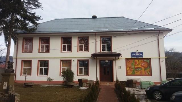 Elevi bătuţi şi tâlhăriţi de tineri rromi în incinta şcolii din Vânători-Neamţ