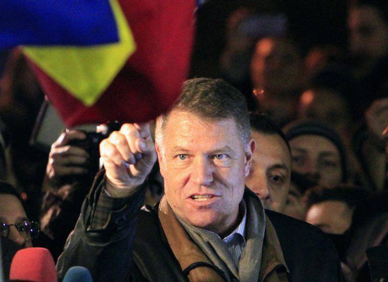 Președintele Klaus Iohanis laudă GUVERNUL: În țară îl atacă dar în străinătate recunoaște creșterea economică a României.