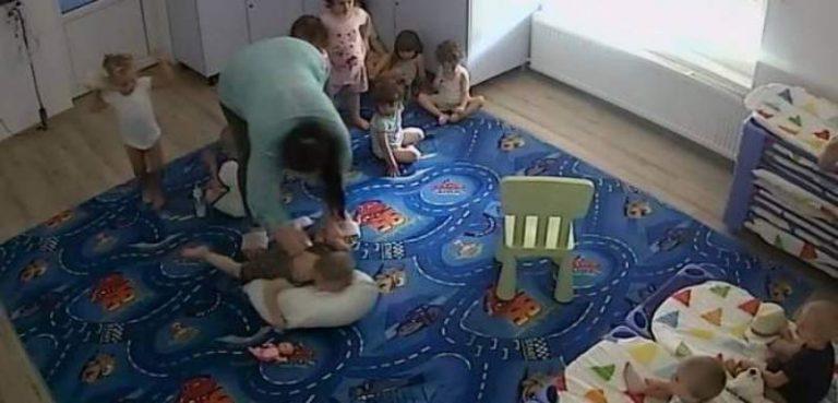 Un copil de doi ani este bătut într-o creșă . Atenție, imagini ce vă pot afecta emoțional!