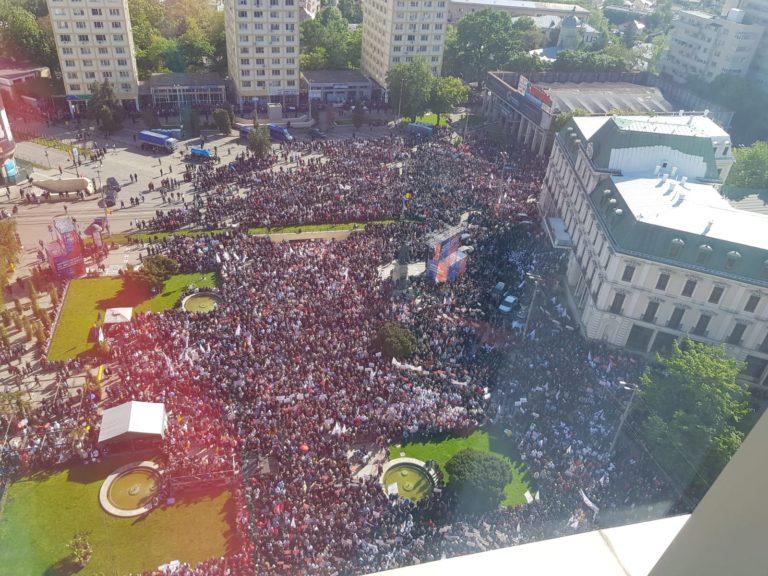 Oameni pașnici veniți la mitinugul PSD din Iași au fost loviți  cu pietre, ouă și roșii de către instigatori la violență.