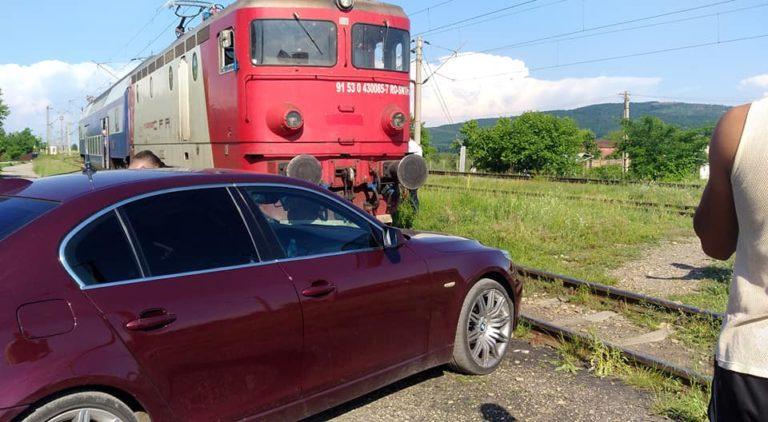 Tren blocal în gara Târgu Neamț, de o mașină