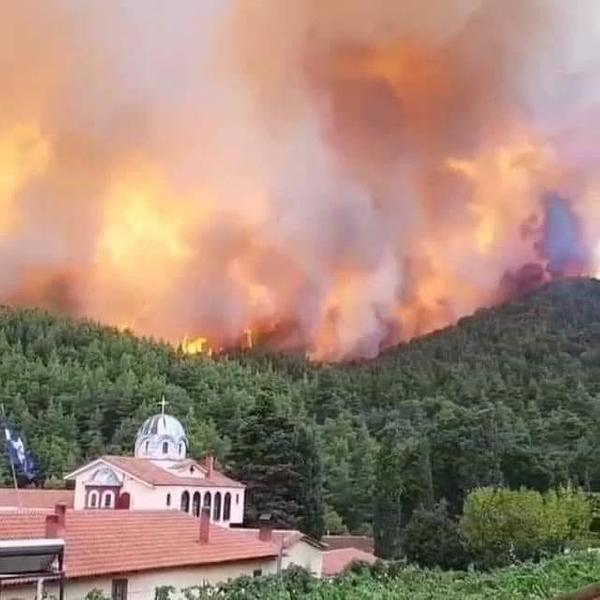 VIDEO-Mănăstirea Sf. David din Evia, neatinsă de flăcări, deși incendiul a transformat în scrum toată pădurea de pini din jur